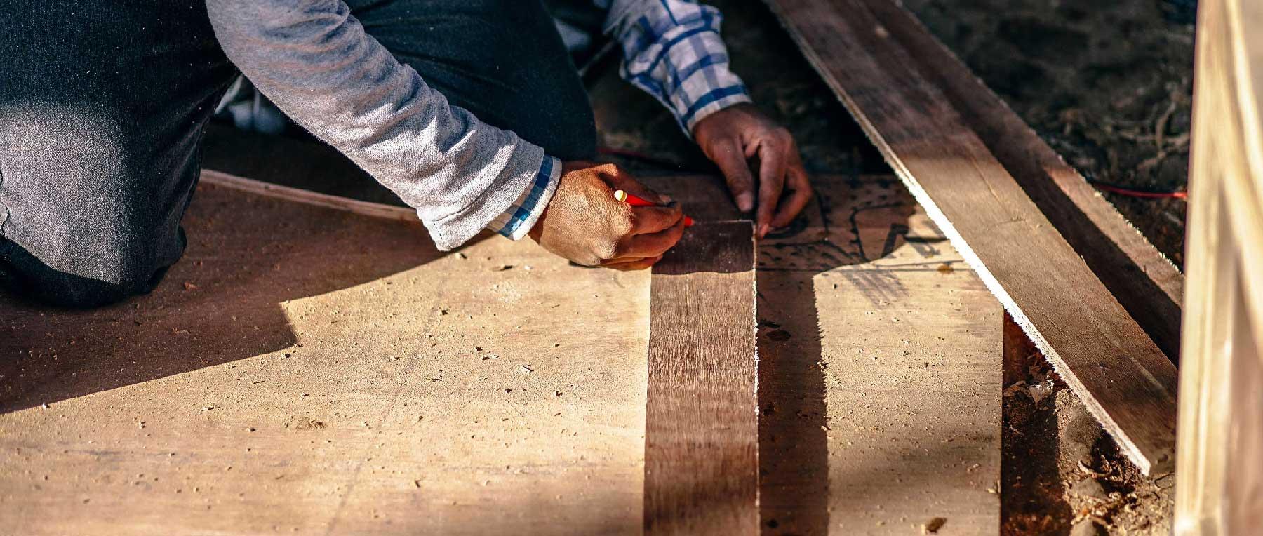 poseur de terrasse en bois